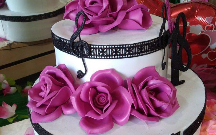 Torta scenografica finta con fiori
